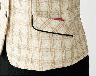 大きめのスマホも入るフラップ風に見える深さのある両脇ポケット