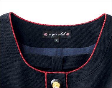 取外しできる胸元リボンとレッドのパイピングが丸い襟元