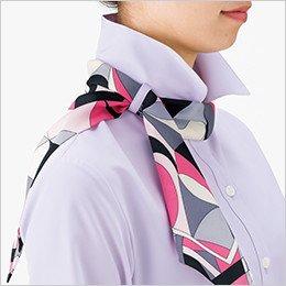 ループにスカーフを通します