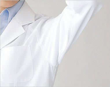 ゆとりのある袖ぐりで腕の上げ下ろしも快適。