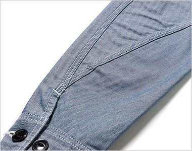 立体的な3枚袖仕様で、袖口に調節可能なボタン付き
