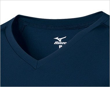 スクラブの襟ぐりから見えにくいVネックタイプ かがんだ時も胸元が見えにくいフィット感です。