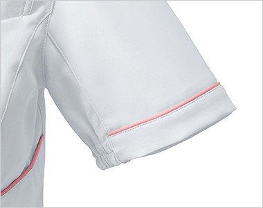 袖はパイピングデザインにくわえ、絞られているため腕を上げた時に脇から下着が見えにくい