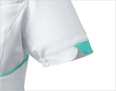 デザインスリットの袖は絞られているため腕を上げた時に脇から下着が見えにくい