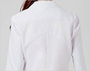 肩から脇のラインに沿った生地カッティング。肩から脇にかけての生地の伸縮方向を設計しました。