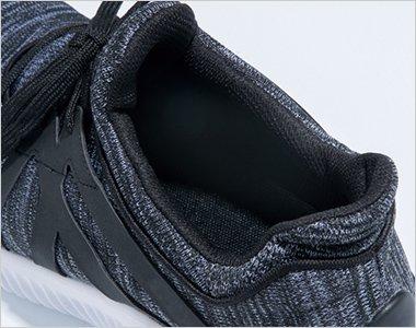 履き口はスリップオン仕様。脱ぎ履きがしやすく、包み込む様な着用感を実現