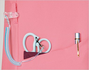 7023SC FOLK(フォーク) レディス ジップスクラブ(女性用) 小分けポケットは、サージカルテープやはさみなど小物類の収納に。便利なループ付き。